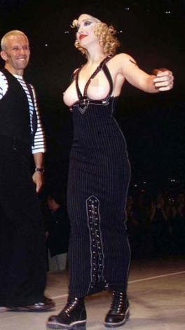 Yıl 1992. Madonna'nın bu giysisini görenlerin gözleri faltaşı gibi açıldı.